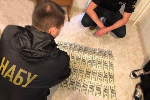 Детективы НАБУ задержали судью хозсуда Сумской области при получении $4 тыс. взятки