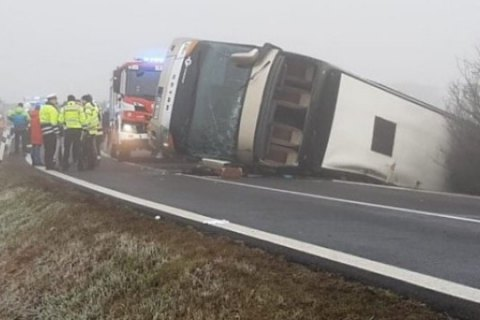 У Чехії перекинувся двоповерховий автобус з дітьми, 69 пасажирів постраждали