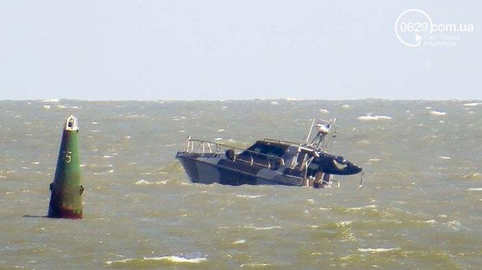 Катер береговой охраны ГПС Украины, который патрулировал акваторию моря в Приморском районе Мариуполя, подорвался на неустановленном взрывном устройстве 7 июня 2015.