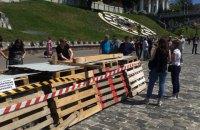 На аллее Героев Небесной сотни в Киеве оградили участки с демонтированной брусчаткой