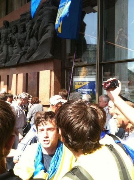 Автор фото пишет, что в Украинском доме разбили окно