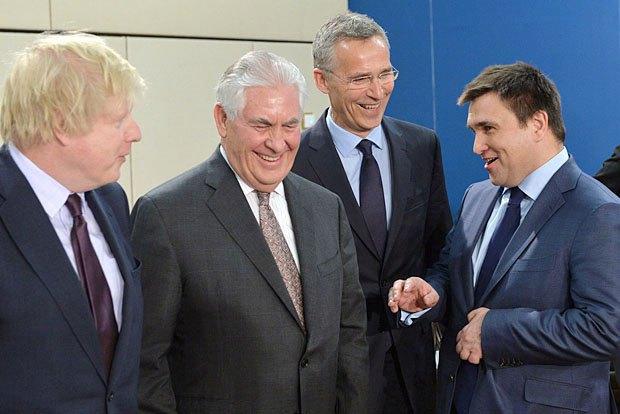 (Справа-налево): министр иностранных дел Украины Павел Климкин, генсек НАТО Йенс Столтенберг, государственный секретарь США Рекс Тиллерсон и государственный секретарь Великобритании Борис Джонсон во время встречи в Брюсселе, 31 марта 2017