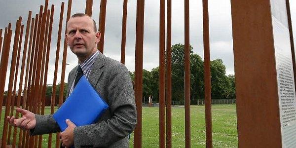 Професор Аксель КлаусМайер на місці колишньої стіни, що розділяла Берлін.