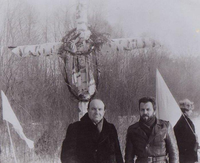 29 січня 1991 року Співголова Народного Руху України Валерій Сарана (праворуч) очолив делегацію Народного Руху на першому публічному вшануванні подвигу героїв Крут. Тоді на місці бою було встановлено березовий хрест.