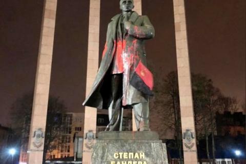 Студент, який облив фарбою пам'ятник Бандери у Львові, отримав вирок
