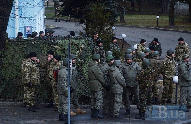 Военные во дворе министерства