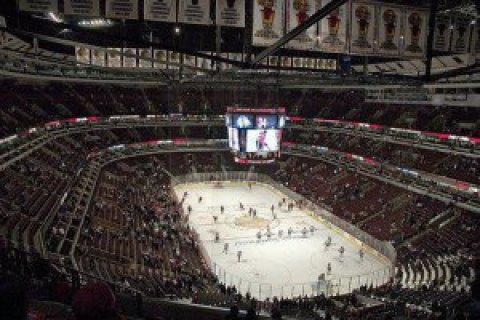 Арбитры, тренеры, а также игроки устроили яркую драку в хоккейном матче североамериканской лиги