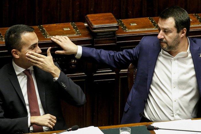 Маттео Сальвіні (справа) і Луїджі ді Майо під час засідання в Палаті депутатів у Римі, 13 лютого 2019