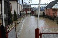 Количество подтопленных домов от наводнения в Закарпатье выросло почти до 1000