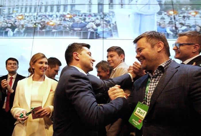 Андрій Богдан (другий справа) та Дмитро Разумков (крайній зліва) під час оголошення результатів екзитполів у штабі Володимира Зеленського