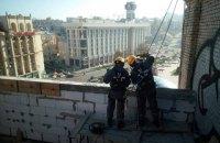 """На крыше дома на Майдане демонтируют """"скворечник"""""""