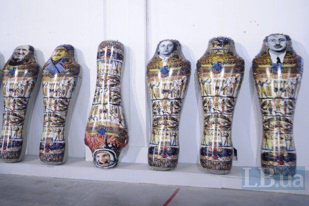 Куратор выставки Дэвид Эллиотт не хотел обращаться к политическим темам. В отличие от самих художников