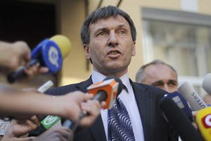 Адвокат называет пикеты незаконным влиянием на суд