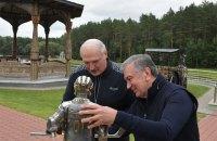 Президент Узбекистану подарував Лукашенкові статуетку хокеїста з його обличчям і таємними дверцятами