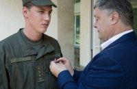 Порошенко наградил гвардейца, оказавшего первую помощь раненой женщине возле Кабмина