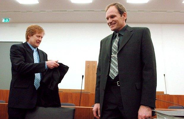 Армин Майвес(справа) c адвокатом в зале суда