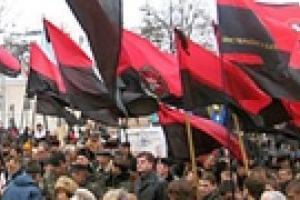 Сторонники УНП и КУН протестуют возле Лавры против визита Патриарха Московского