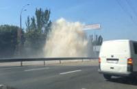 У Києві на Дружби народів прорвало трубу, дорогу заливає окропом