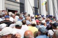 Поліція застосувала сльозогінний газ проти учасників мітингу ветеранів-силовиків під Радою