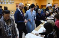 Яценюк із дружиною проголосували на виборах президента