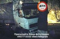 В Киеве пьяный водитель фуры протаранил эвакуатор и такси
