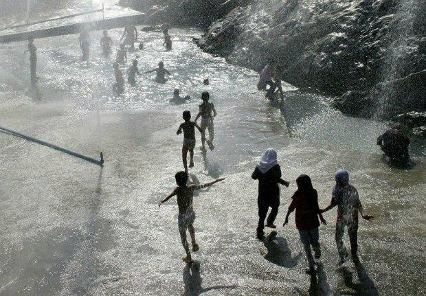 Иранские дети борются с жарой