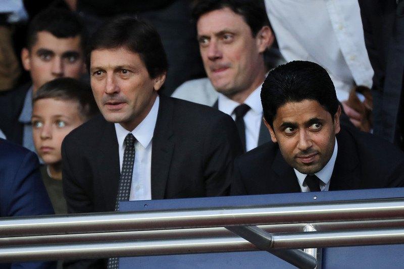 Президент клубу (праворуч) і генеральний менеджер Леонардо уважно стежать за перформансом фанів