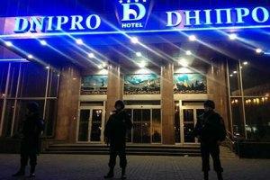 """З готелю """"Дніпро"""" винесли ще одного пораненого"""