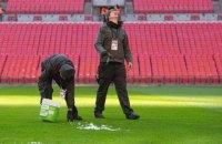 """У матчі Англійської Прем'єр-Ліги воротаря мало не прибила бурулька, що впала з даху """"Вемблі"""""""