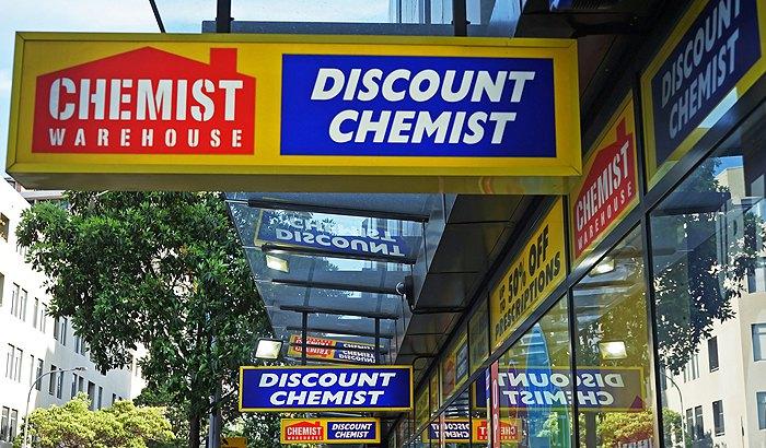 Вивіска аптеки Chemist Warehouse на Оксфорд-стріт, Сідней. CW було засновано ще в 1973, зараз компанія володіє великою аптечною мережею по всій Австралії.