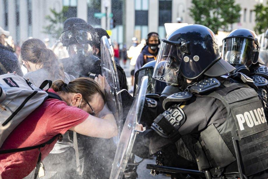 Полиция применяет перцовый баллончик во время стычек возле Белого дома в Вашингтоне, 1 июня 2020 года.