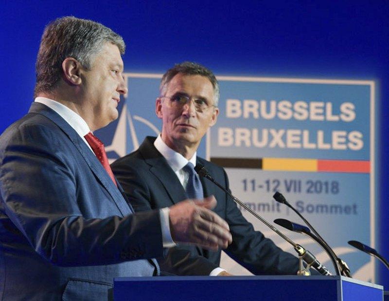 Петро Порошенко та Єнс Столтенберг під час саміту НАТО в Брюсселі, 11 червня 2018 року
