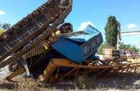 В Харькове перевернулся строительный кран с водителем