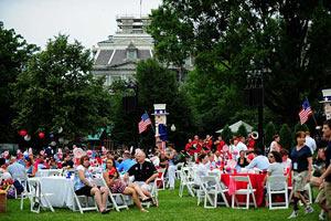 Обама в честь Дня Независимости угостил военных бургерами и мороженым