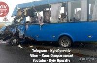 Два микроавтобуса столкнулись на трассе в Киевской области