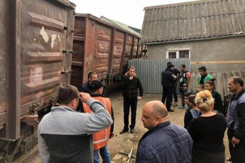 В Ужгороді вантажний потяг зійшов з рейок і мало не зруйнував житловий будинок