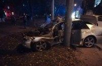 На проспекте Победы в Киеве маршрутка вдавила Lexus в столб
