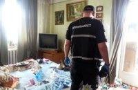 В квартире на Березняках в Киеве обнаружили мертвых супругов и истощенную 2-летнюю девочку
