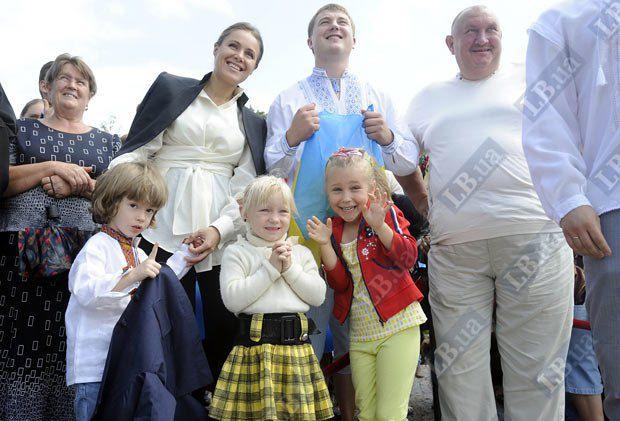 Наталья Королевская с маленьким сыном и отцом и сыном Сусловыми