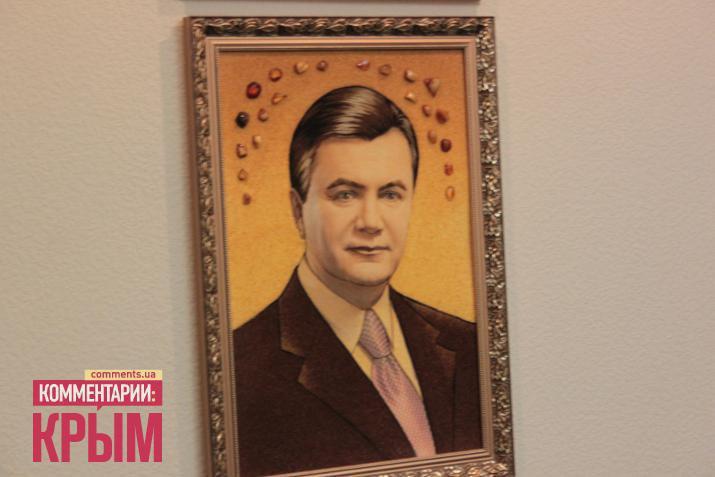 Портрет Януковича із бурштину в кабінеті екс-голови податкової Криму. Виконаний на Рівненьщині