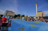 По Крещатику пронесли 38-метровый крымскотатарский флаг (добавлены фото)