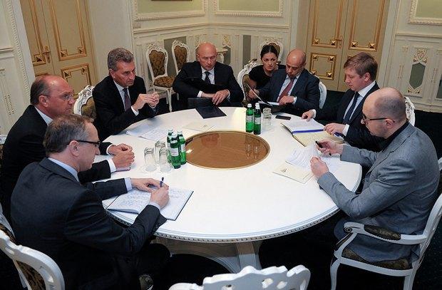 Представители сторон во время трехсторонних газовых переговоров