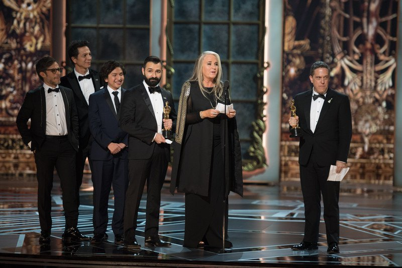 Адриан Молина, Дарла К. Андерсон и Ли Ункрех за лучший анимационный фильм года «Тайны Коко»