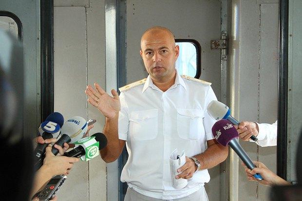 Александр Подкопалов (ЮЗЖД) показывает журналистам, в каком состоянии приходят электрички из рейсов
