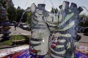 В Киеве повредили скульптуры на Пейзажной аллее