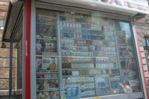 Януковича просят запретить рекламу сигарет