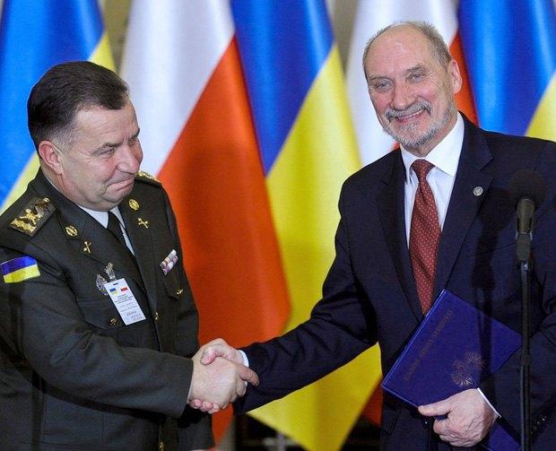 Министр обороны Украины Степан Полторак (слева) и министр обороны Польши Антони Мацеревич во время встречи в Варшаве, 02 декабря 2016.