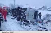 На заснеженной трассе в Румынии перевернулся микроавтобус с гражданами Молдовы, есть погибшие