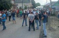 В Ивано-Франковской области шестой день блокируют трассу Н-09 с требованием ремонта дороги между двумя селами