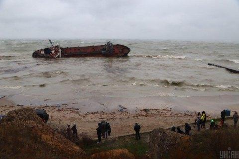 Через аварію танкера концентрація нафтопродуктів у воді біля Одеси стрімко зростає